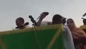 """شاهد.. """"حذاء طائر"""" يكاد يضرب وجه وزير موريتاني"""