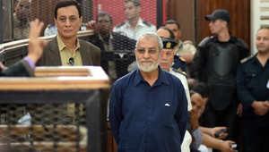 """محكمة مصرية تقضي بإعدام 4 والمؤبد لبديع والشاطر بقضية """"أحداث الإرشاد"""""""
