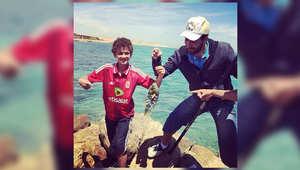 يظهر أبوتريكة في هذه الصورة مع ابنه وهو يصطاد السمك