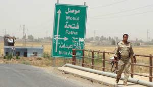 أحد جنود البشمركة العراقية يسير قرب حدود مدينة الموصل