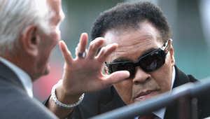 أسطورة الملاكمة محمد علي يعود للمستشفى وأسرته تعد للاحتفال بميلاده الـ73