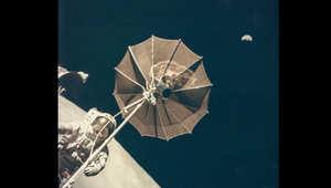 """كوكب الأرض يبدو خلف رائد الفضاء أوغين جيرنان ببعثة """"أبوللو 17"""" في ديسمبر/كانون الأول 1972"""