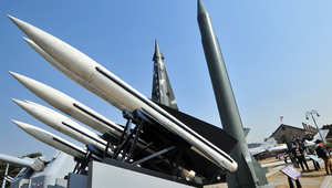 جندي من كوريا الشمالية يراقب الحدود مع الشطر الجنوبي