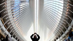 محطة لوسائل النقل العام بالقرب من برج التجارة العالمي في مدينة نيويورك الأمريكية