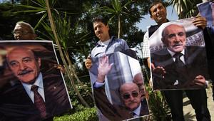 أنصار نائب الرئيس المصري السابق عمر سليمان يحملون صوره خلال تشييعه في القاهرة