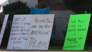 لافتات استنكارية حملتها المحتجات لتنديد بموقف الكنيسة