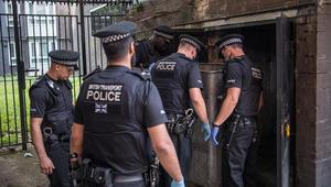 الشرطة البريطانية: تهم مشددة تواجه مراهقا شارك بهجوم حمض حارق
