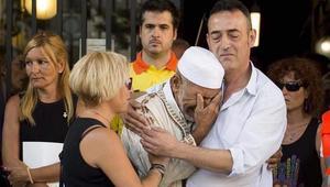 والد أحد ضحايا هجوم برشلونة يحتضن إماما يبكي تأثرا خلال التأبين