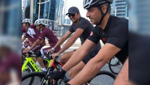 الشيخ تميم بن حمد على دراجة هوائية في شوارع قطر