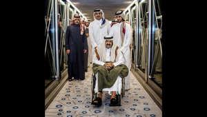 الشيخ تميم بن حمد آل ثاني في استقبال والده الشيخ حمد في المطار بعد عودته من سويسرا حيث تلقى العلاج بعد كسر رجله