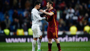 مصافحة بين خاميس رودريغز من نادي ريال مدريد وفرانسيسكو توتي من نادي روما بعد المباراة.