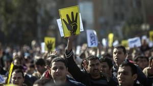 مؤيدو جماعة الإخوان المسلمين يرفعون إشارة رابعة