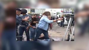 شاهد.. مراسلة قناة الجديد اللبنانية راشيل كرم تدافع عن أحد المتظاهرين قرب السفارة الأمريكية في عوكر، بيروت