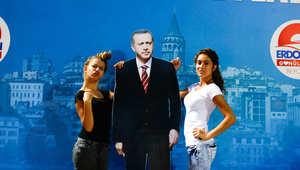 مؤيدتان لأردوغان قرب صورة كبيرة له