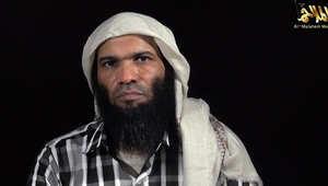 شاب يفرش السجاد لامه بمطار في السعودية ويقبل قدميها