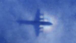صورة لظل طائرة استرالية تشارك في البحث عن الطائرة الماليزية المفقودة