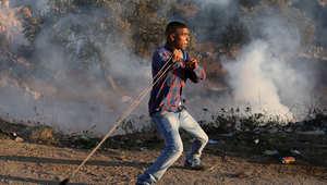 شاب فلسطيني يشارك في مواجهة القوات الإسرائيلية