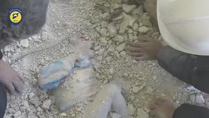 شاهد.. لحظة انتشال طفلة سورية من تحت الأنقاض