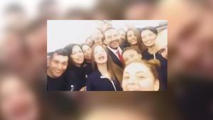 """شاهد.. رئيس وزراء لبنان سعد الحريري بين مضيفات ينشدن """"هلا بالخميس"""""""