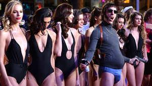 """الممثل الكوميدي البريطاني ساشا كوهين يسخر من الفيفا في فيلمه الجديد عن """"المنظمة الشريرة"""""""