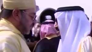 بالفيديو.. بعد عزل رئيس المراسم الملكية بالسعودية لصفعه مصوراً.. مغردون: أي حاكم أنت يا سلمان؟