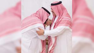 صورة نشرتها وكالة الانباء السعودية للأمير محمد بن نايف بن عبدالعزيز يبايع الأمير محمد بن سلمان بن عبدالعزيز وليا للعهد في قصر الصفا بمكة
