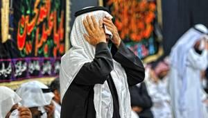 شيعي خلال مراسم عاشوراء في القطيف