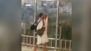 """بالفيديو.. القبض على معتمر صاح """"أنا المهدي"""" وحطّم زجاج """"جبل الصفا"""" بالحرم المكي"""