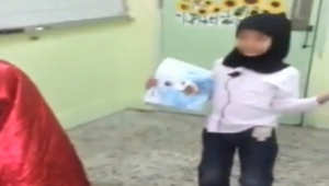 التحقيق مع معلم سعودي ألبس طلابه ملابس نسائية