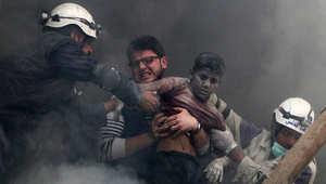 رجال سوريون بعد الانفجار بحلب، 6 أبريل/نيسان.