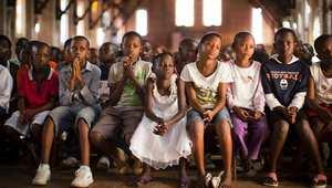 أطفال يصلون في كنيسة كيغالي الكاثوليكية في رواندا.