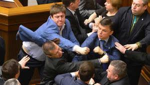 تبادل لكمات بين مشرعين خلال جلسة البرلمان في كييف بأوكرانيا.
