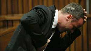 أوسكار بيستوريوس خلال محاكمته 7 أبريل في جنوب أفريقيا بعد اتهامه بقتل صاحبته عمداً.