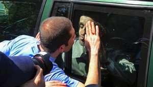 الرئيس الإيراني السابق محمود أحمدي نجاد يصافح أحد معجبيه بعد صلاة الجمعة.
