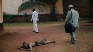 متهم بالسرقة طرح أرضاً من قبل رجل يحمل ساطوراً في بانغي بأفريقيا الوسطى.