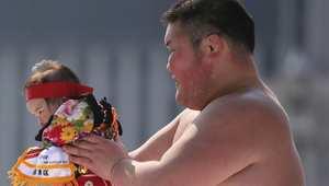 مصارعو السومو المساعدون في هذا المسابقة هم طلاب جامعات.
