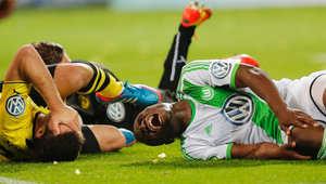 """""""سوكراتيس"""" و""""برنارد مالاندا-أدجي"""" خلال مباراة نصف النهائي لكرة القدم في ألمانيا."""
