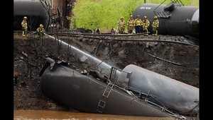 رجال الاطفاء بعد أن خرجت ناقلات النفط الخام عن المسار وتسببت بحادث في فيرجينيا.