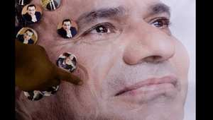 رجل يعلق ملصقاً لمرشح الرئاسة المصرية، عبد الفتاح السيسي.