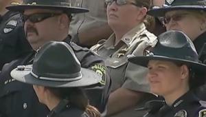 ضباط يحضرون حفل التخرج