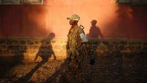 مقاتل سيليكا من جمهورية أفريقيا الوسطى يمشي في قرية قريبة إلى حدود جمهورية الكونغو الديمقراطية.