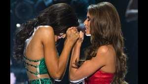 ملكة جمال ولاية نيفادا، نيا سانشيز، وملكة جمال داكوتا الشكالية، أودرا ماري، تنتظران إعلان الفائزة منهما بلقب ملكة جمال أمريكا.