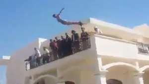 بالفيديو.. عناصر من الميليشيات الليبية يسبحون داخل مجمع السفارة الأمريكية بطرابلس