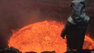 """مغامر يغوص في أعماق بركان ملتهب ليلتقط """"سيلفي"""""""