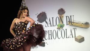 """أزياء من الشوكولاتة في """"صالون الشوكولاتة"""" بباريس"""