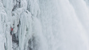 شاهد كيف تسلق هذا الشاب مياه شلالات نياغرا؟