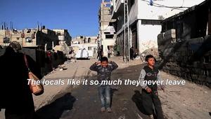 دخل متخفيا إلى غزة ونقل للعالم معاناة الفلسطينيين على جدران المنازل المهدمة