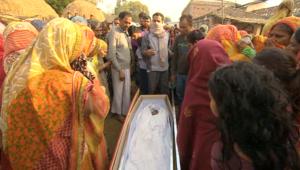 """عمال نيباليون يعودون لبلدهم في توابيت من """"صحراء الموت"""" في قطر"""