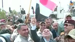 العبادي يتجول ويرفع العلم العراقي وسط تكريت