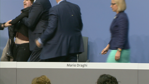 متظاهرة تهاجم رئيس البنك المركزي الأوروبي